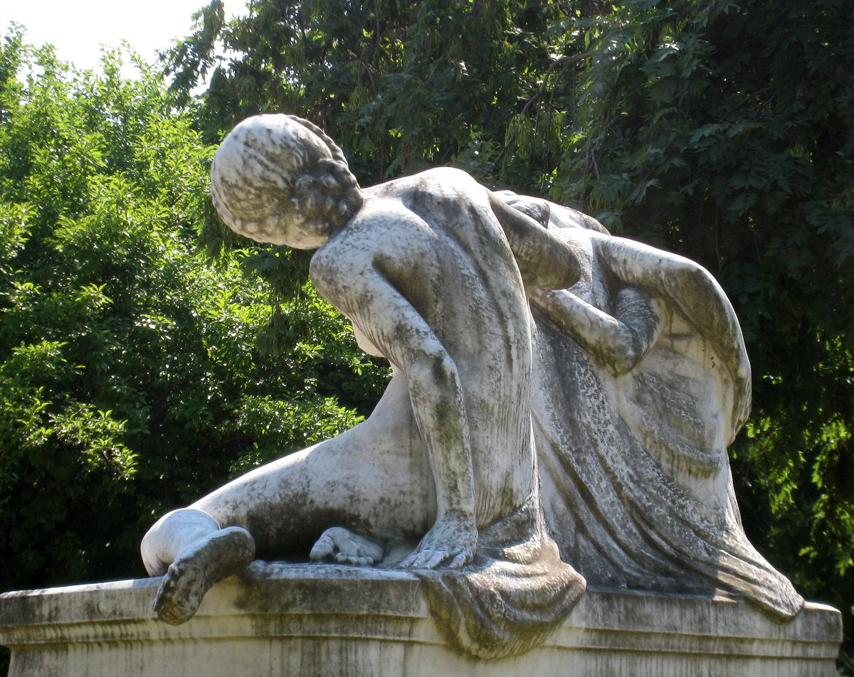 Le secret, groupe statuaire par R. Béclu