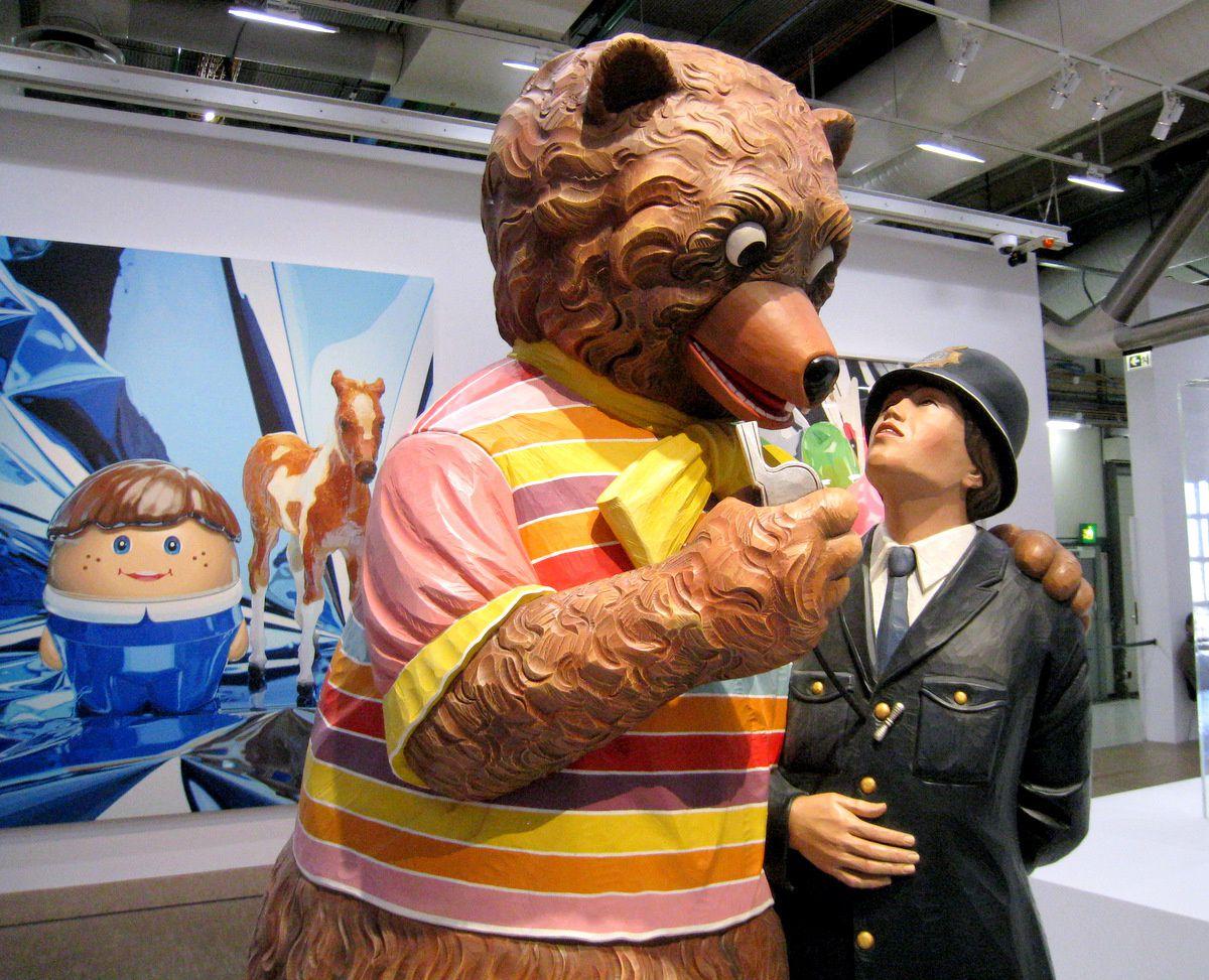 Ours et policier (Bear and policeman) par Jeff Koons