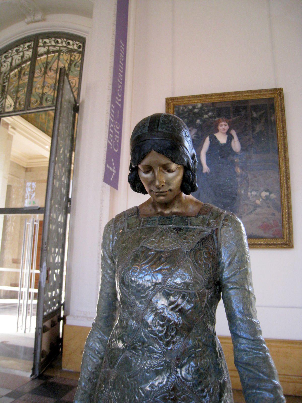 La femme au singe, statue par Camille Alaphilippe