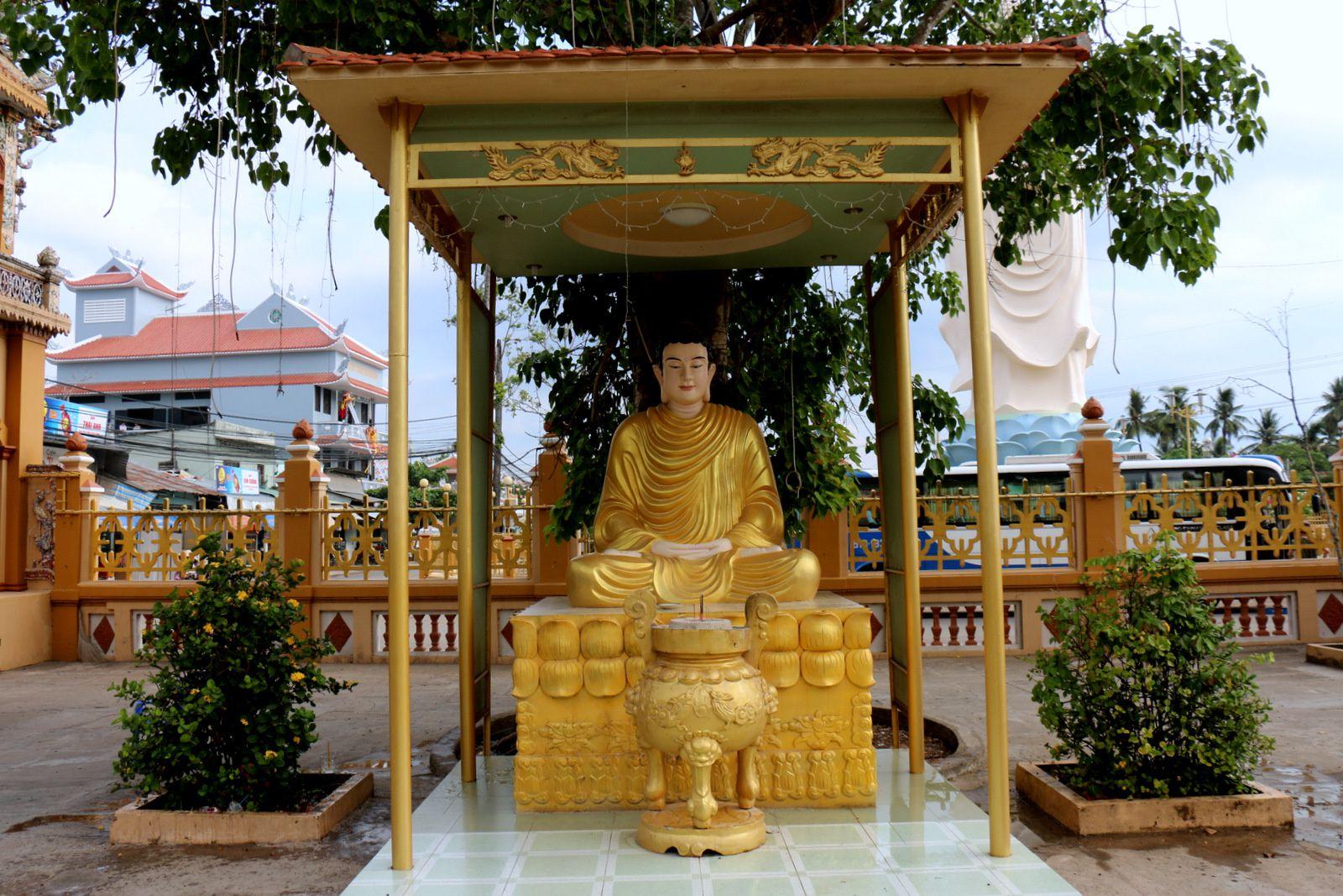 Les Bouddhas du jardin de la pagode de Vinh Trang, Vietnam