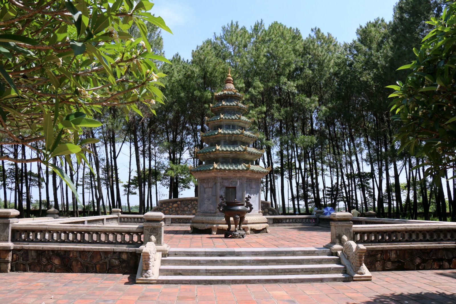 Dans les jardins de la Pagode de Thiên Mu (Vietnam),