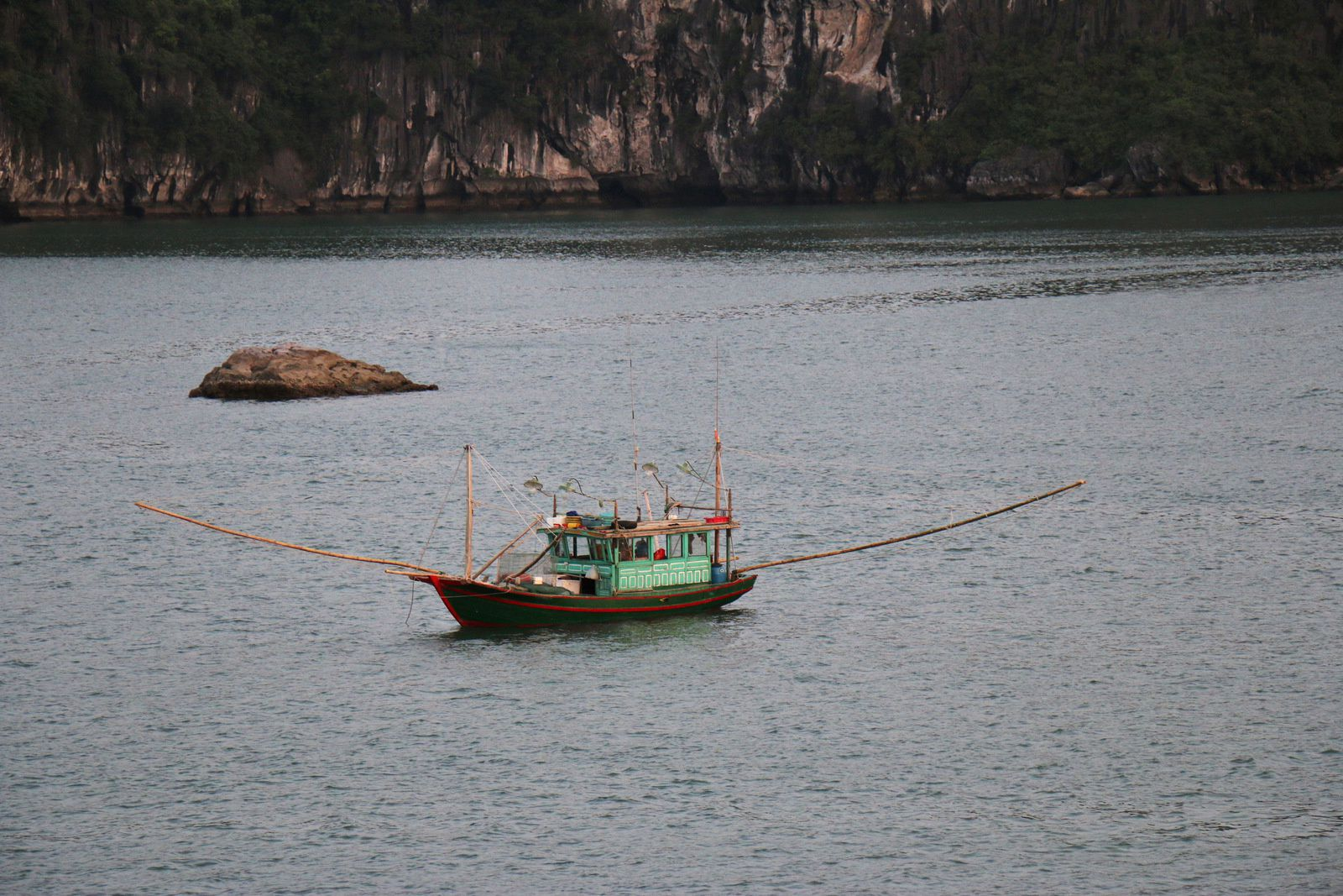 Embarcations légères, baie d'Ha Long (Vietnam)
