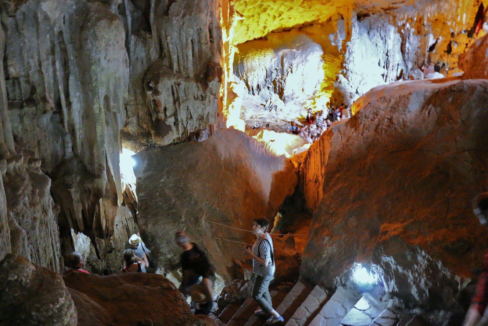 La grotte de Sửng Sốt (2/2), baie d'Halong au Vietnam