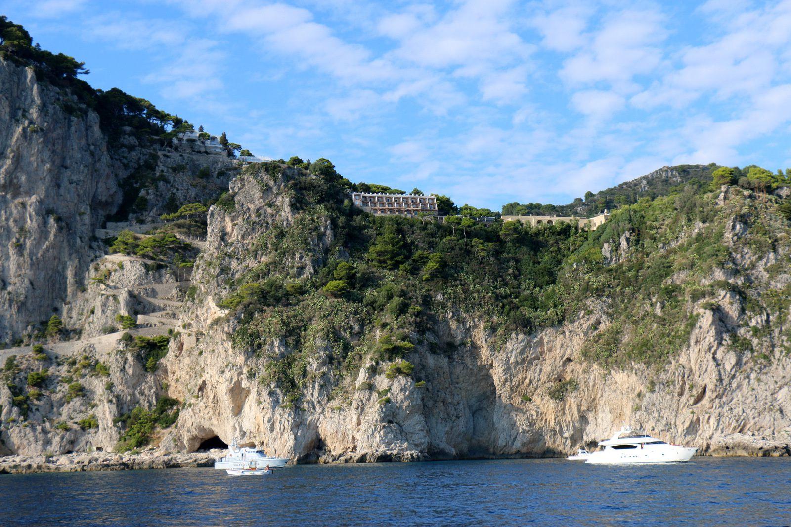La côte auprès des Faraglioni, île de Capri