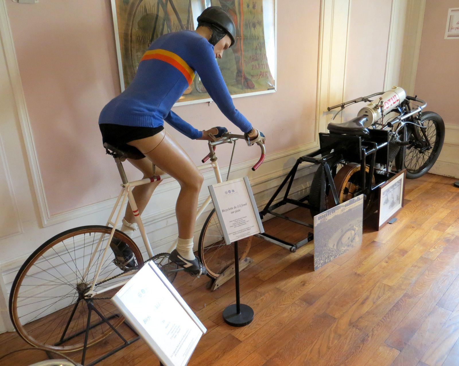Moto demi-fond sur piste Stayer et bicyclette demi-fond sur piste