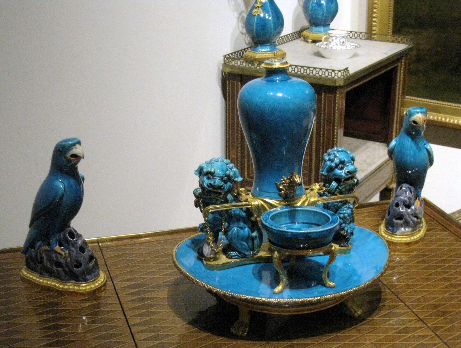Perroquets et fontaine à parfum