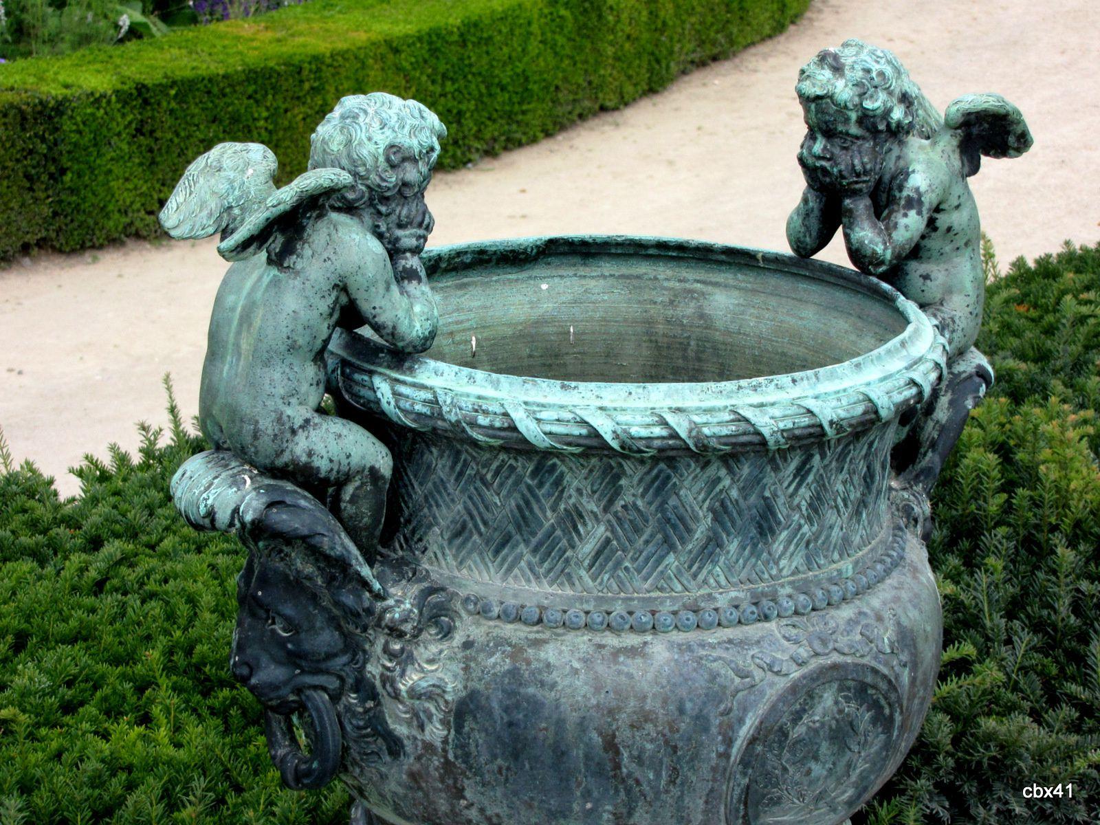 Vase en bronze aux anses en forme d'Amours