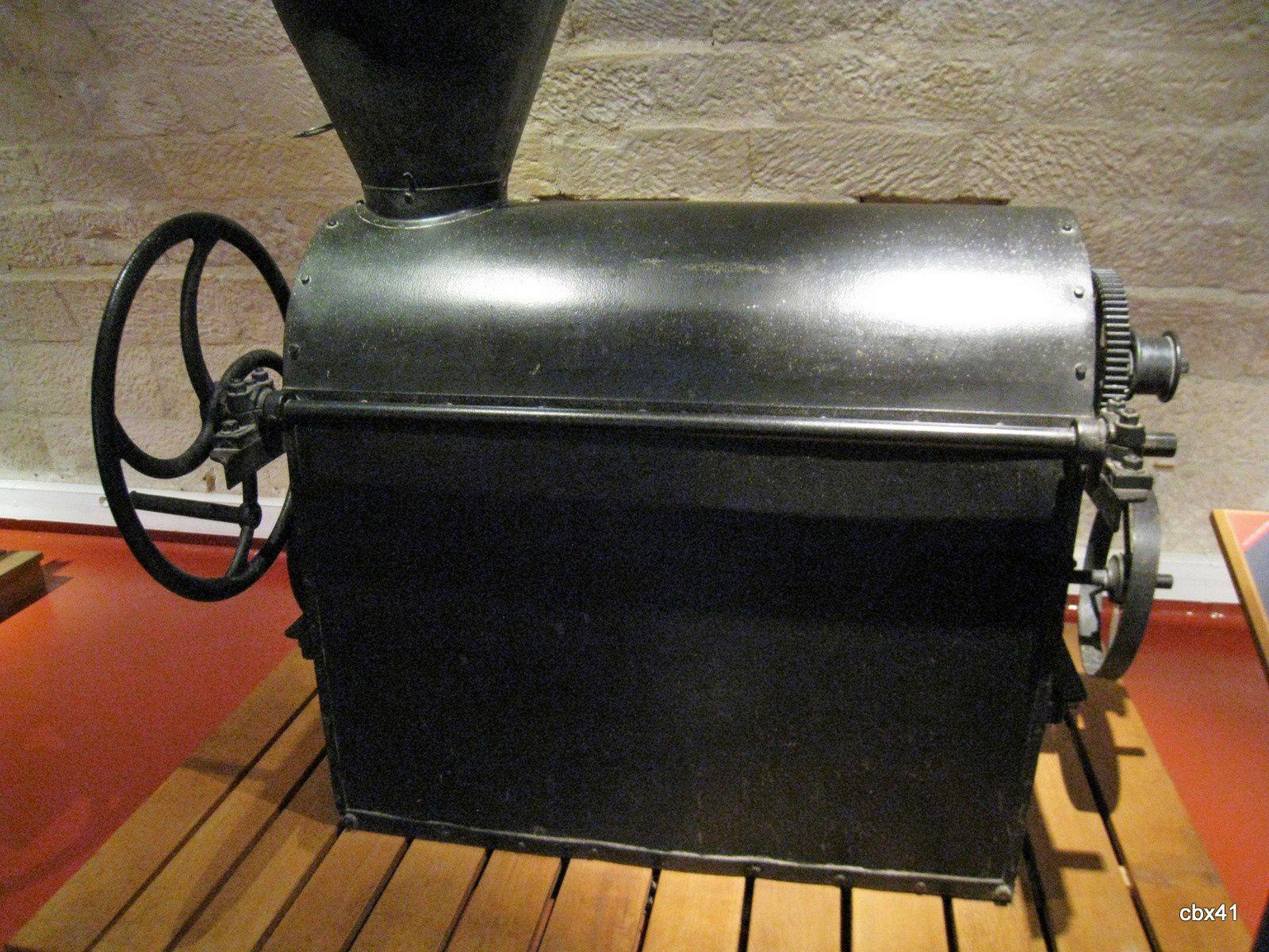 Musée de la Bière de Stenay, dégermeuse mécanique à malt et brouette renversoir