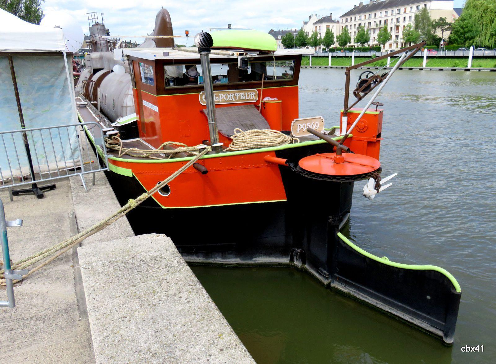 """Péniche """"Colporteur"""" et son sous-marin """"l'Axolotl"""" (No mad festival)"""