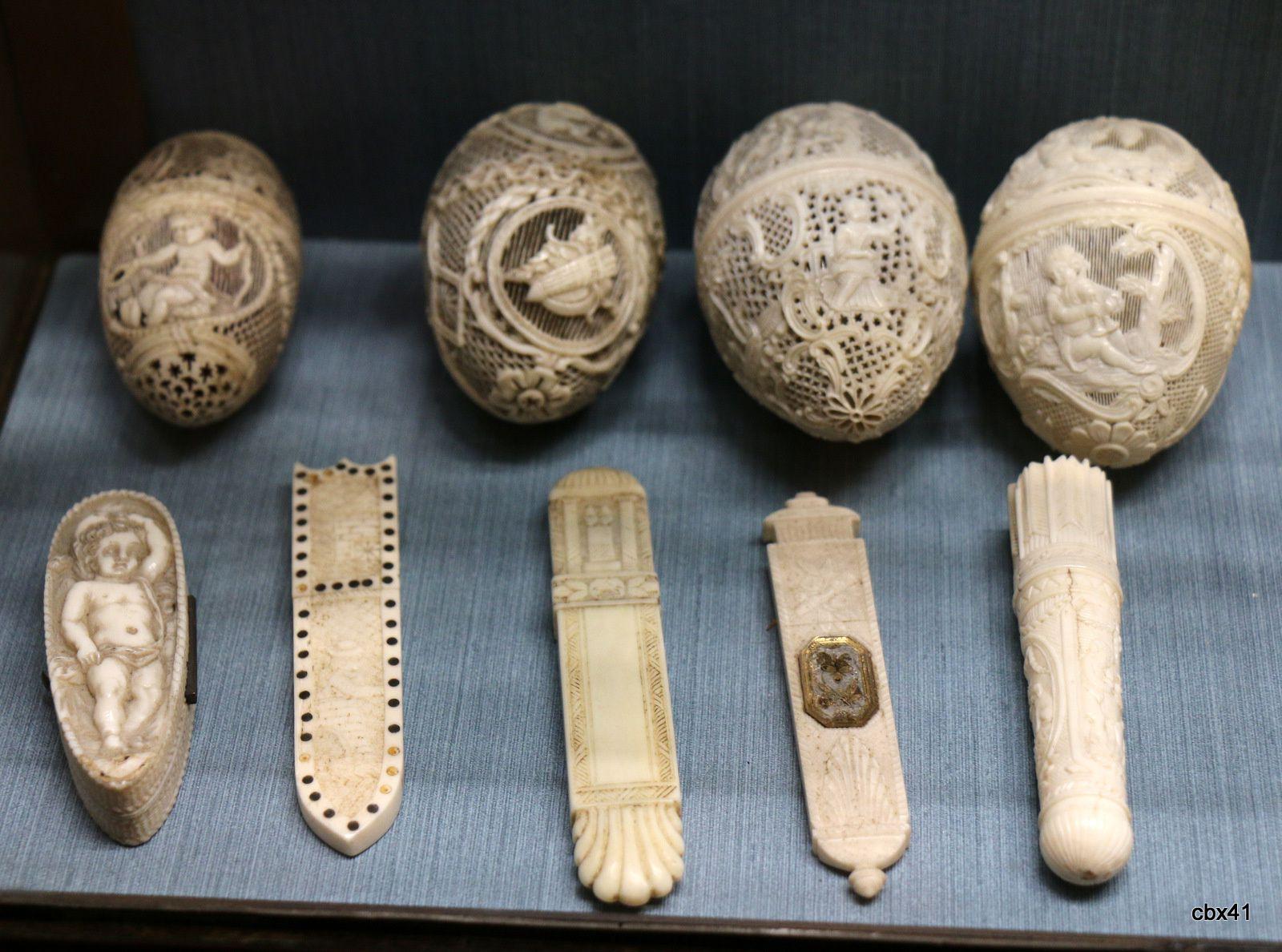 Tabatières et râpes à tabac (ivoire), château-musée de Dieppe