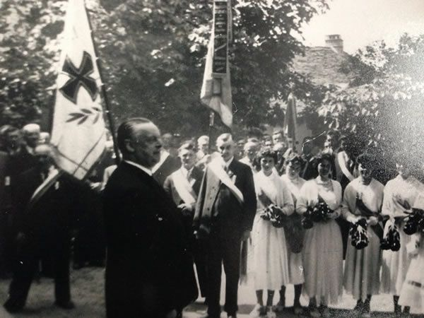 Baron Gerhard von Pölnitz (front left) appears during a consecration of the flag in 1957. The baron had been stationed in Paris as an officer in the German Air Force during the early 1940s. He worked together with Karl Haberstock and Hildebrand Gurlitt, setting up deals and serving as their representative.