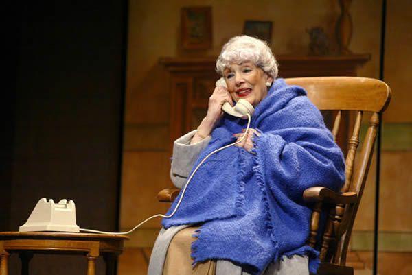 """La comédienne Micheline Dax, au Théâtre Saint-Georges à Paris dans """"Miss Daisy et son chauffeur"""", en janvier 2004"""