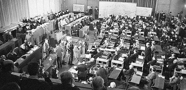 Verhandlungstag im Frankfurter Rathaus 1963: Die 22 Angeklagten (r.) wurden von Polizisten begleitet
