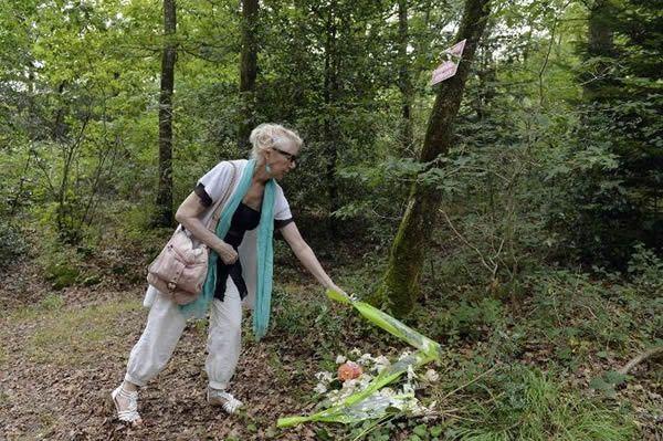 Lucette Rosty dépose des fleurs le 6 août 2014 dans un bois entre Iffendic et Monterfil où trois femmes, Marie, sa tante, Germaine Guillard et Suzanne Lesourd ont été enterrées après avoir été tondues, humiliées et pendues les 3 et 4 août 1944
