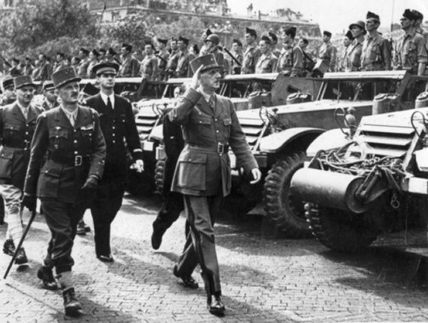 Le 26 août 1944, le général de Gaulle passe en revue les troupes de la 2e division blindée du général Leclerc, place de l'Etoile, lors du défilé sur les Champs-Elysées au lendemain de la libération de Paris.