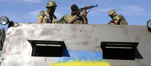 Novoazovsk (Ukraine), mercredi dernier. Des volontaires ukrainiens sont en position sur un poids-lourd renforcé avec des tôles d'acier