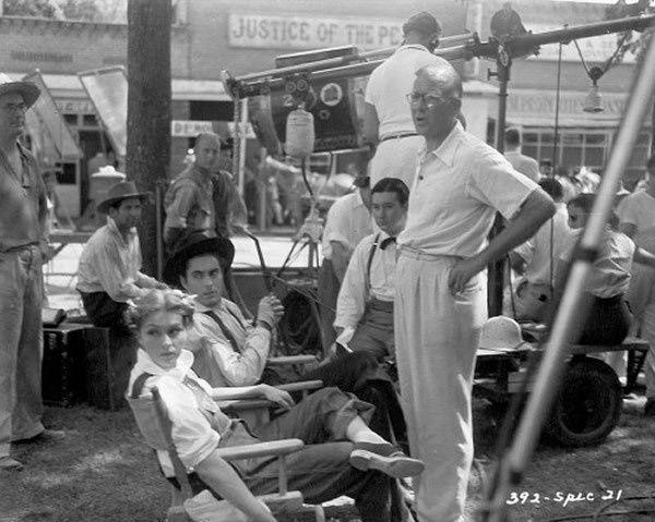 """Nancy Kelly, Tyrone Power et le réalisateur Henry King sur le tournage du """"Brigand bien aimé"""
