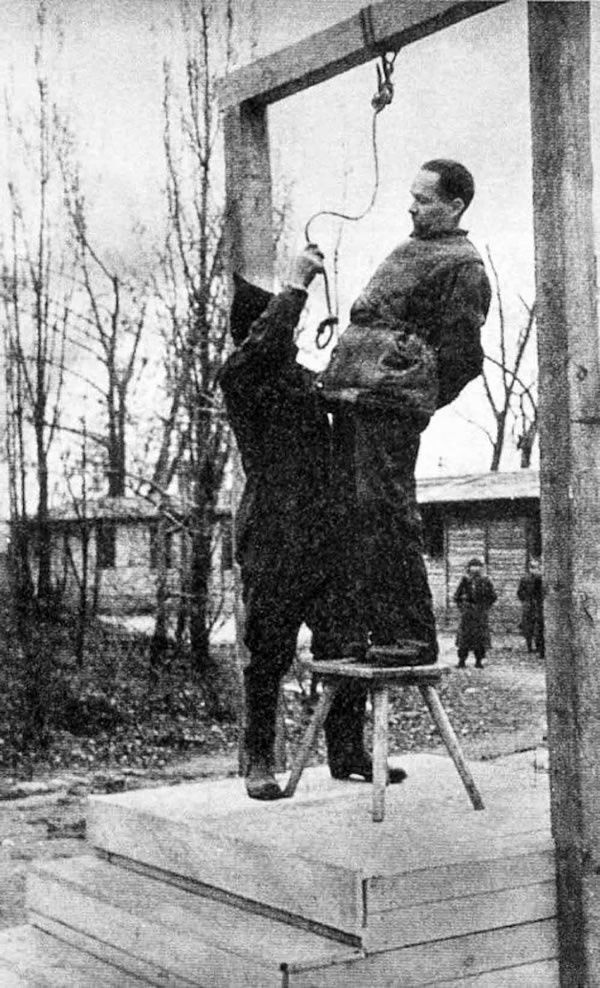 Rudolf Hoess on the gallows, immediately before his execution, 1947