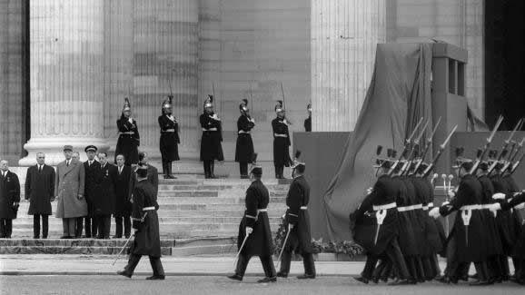 Le général de Gaulle entouré de Georges Pompidou (à sa gauche), d'André Malraux (à sa droite), et de nombreuses personnalités rendent un dernier hommage à Jean Moulin lors du transfert de ses cendres au Panthéon, à Paris, le 19 décembre 1964