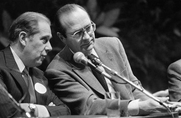 Charles Pasqua, alors président du groupe RPR au Sénat, et Jacques Chirac, alors président du RPR, s'entretiennent à l'occasion d'une journée d'étude du groupe RPR du Sénat sur le thème de la décentralisation, à Suresnes, le 13 décembre 1983
