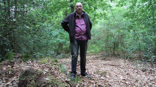 François Lesourd, devant le petit éperon rocheux qui marque l'endroit où sa grand-mère a été pendue avant d'être enterrée
