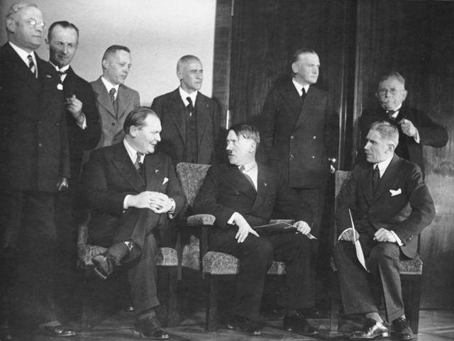 Le cabinet Hitler, en janvier 1933. Assis, de gauche à droite, Hermann Göring, ministre sans portefeuille, Adolf Hitler, chancelier et Franz von Papen, vice-chancelier. Debout, de gauche à droite, Franz Seldte, ministre du Travail, Günther Gereke, commissaire à l'Emploi, Wilhelm Frick, ministre de l'Intérieur, Lutz Schwerin von Krosigk, ministre des Finances, Werner von Blomberg, ministre de la Défense et Alfred Hugenberg, ministre de l'Économie.