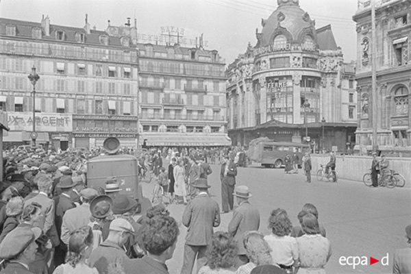À Paris, sur la place de l'Hôtel-de-ville, un camion de la propagande allemande diffuse le discours du maréchal Pétain annonçant l'armistice, juin 1940