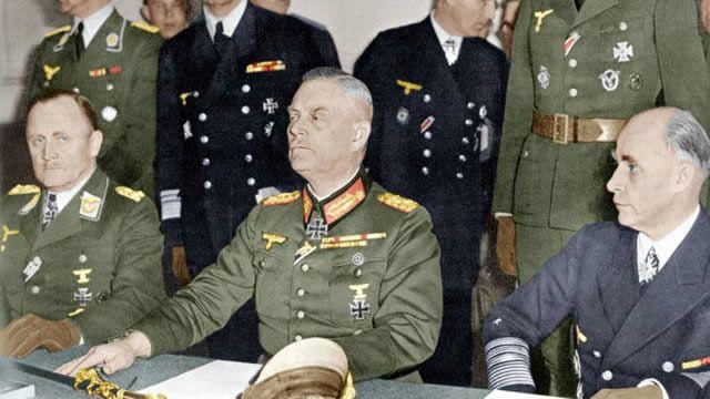 Au QG des forces soviétiques à Karlhorst près de Berlin le 8 mai 1945: Hans Juergen Stumpf, commandant en chef de la Luftwaffe, le maréchal Wilhelm Keitel ( au centre) chef d'état-major général de la Wehrmache et l' amiral Hans Georg Von Friedebourg commandant en chef de la Kriegsmarine.