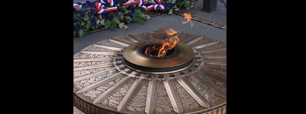 """La """"flamme du souvenir"""" qui ne s'éteint jamais, à Paris, sur la tombe du soldat inconnu enterré sous l'Arc de triomphe"""