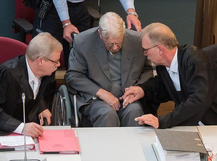 Der ehemalige SS-Wachmann Reinhold Hanning (M) wird nach der Urteilbegründung von seinen Anwälten Andreas Scharmer (l) und Johannes Salmen auf der Anklagebank getröstet