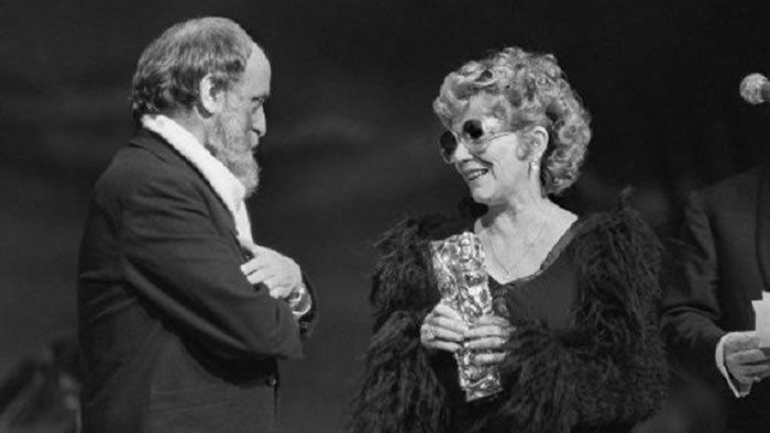 Jacqueline Pagnol reçoit un César d'honneur des mains du sculpteur César, le 31 janvier 1981, au Palais des Congrès à Paris.