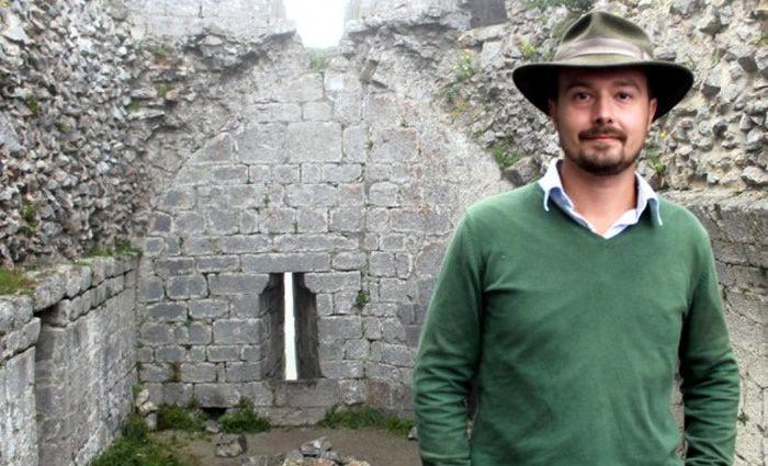 Tristan Bergerot, guide, dans la salle basse où les nazis pensaient trouver le Saint Graal