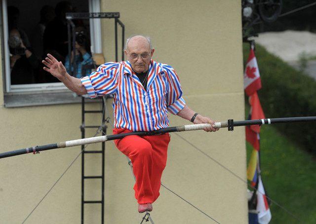Henry's s'offre un ultime numéro pour ses 80 ans, sur un câble tendu entre deux immeubles, le 4 septembre 2011 à Dunières devant 7000 personnes. © Claude Essertel / PhotoPQR / Le Progrès