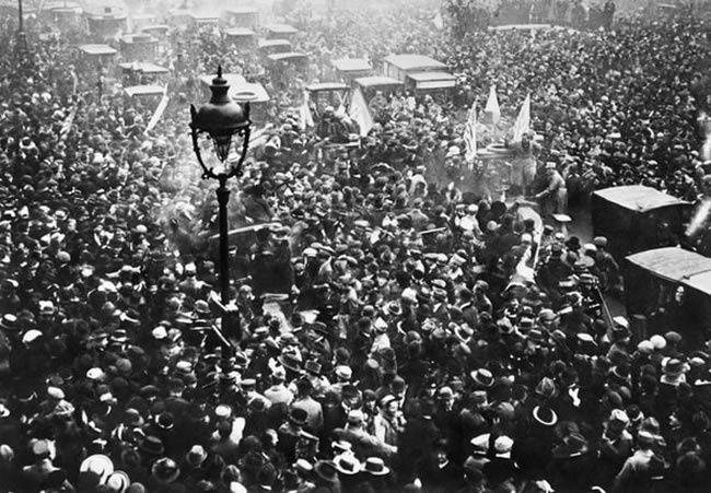 La foule des parisiens manifeste sa joie sur les Grands Boulevards à Paris, le 11 Novembre 1918, à l'annonce de la signature de l'armistice. © STR / AFP