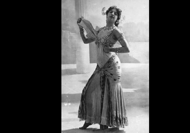 The infamous Dutch spy Mata Hari, real name Margarete Geertruida Zelle, who was born in Leeuwarden and became a dancer in France is performing the Dance of the Seven Veils. (1906).  (Photo by Walery/Hulton Archive/Getty Images)