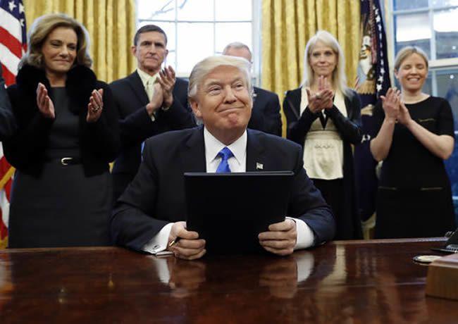 Depuis son arrivée, Donald Trump a signé de nombreux décrets présidentiels dans le Bureau ovale