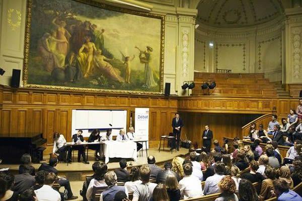 A la Sorbonne, Stanislas, qui remporte la palme du meilleur témoin, fustige l'agent H21. Fédération française de débat et d'éloquence
