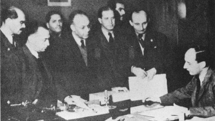 Raoul Wallenberg, à droite, avec des juifs à l'ambassade de Suède à Budapest, date non précisée. (Crédit : autorisation de Yad Vashem)