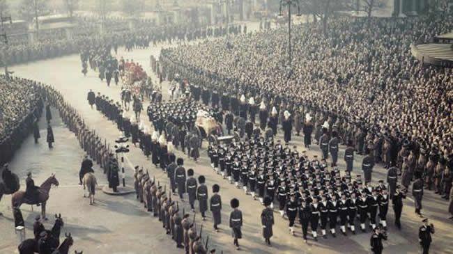 En 1952, à Londres, le cercueil de George IV, le père d'Elizabeth II, est transporté au palais de Westminster. Ses funérailles se sont tenues dans la chapelle Saint-Georges du château de Windsor. (Bettmann / Bettmann)