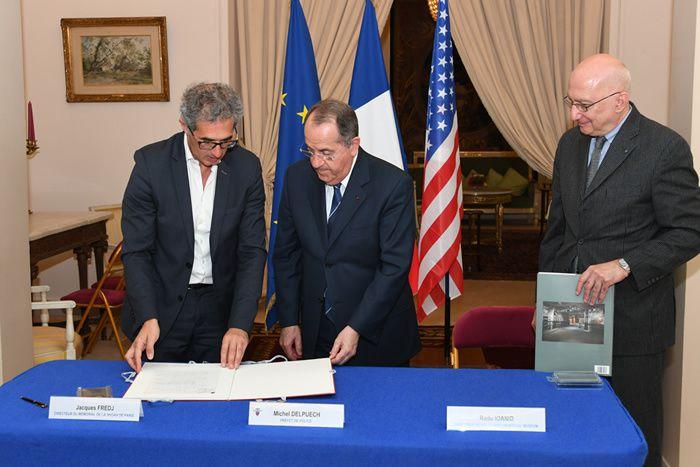 Le 19 mai dernier, le préfet de police Michel Delpuech (au centre) a signé une convention avec Radu Ioanid (à droite), directeur des archives de l'Holocaust Memorial Museum des Etats-Unis et Jacques Fredj, directeur du Mémorial de la Shoah