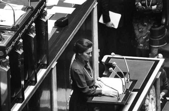 Simone Veil, alors ministre de la santé, défend son texte autorisant l'IVG à la tribune de l'Assemblée nationale le 26 novembre 1974. AFP