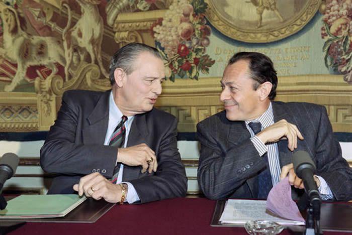 Michel Durafour, ministre chargé de la fonction publique, et Michel Rocard, premier ministre, le 5 juin 1990 à Paris. Daniel Janin / AFP