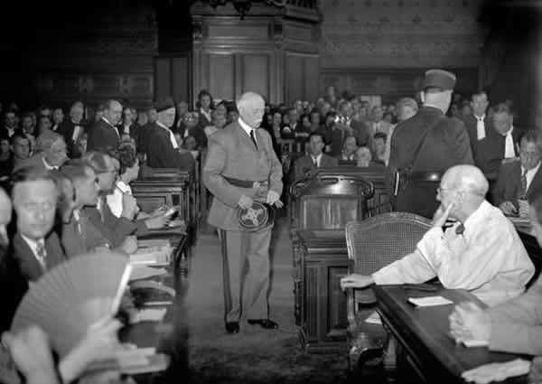 Philippe Pétain arrive dans la salle d'audience lors de son procès durant l'été 1945 devant la Haute Cour de justice de Paris, le 15 août 1945, à l'âge de 89 ans. AFP