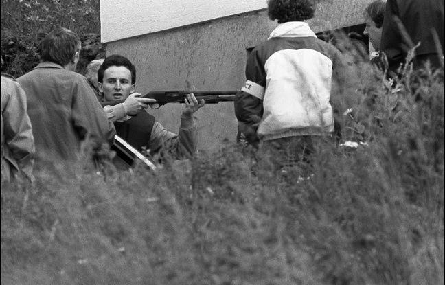 Aumontzey (Vosges), le 10 juin 1985. Jean-Marie Villemin tient un fusil lors de la reconstitution du crime de Bernard Laroche. - STR / AFP