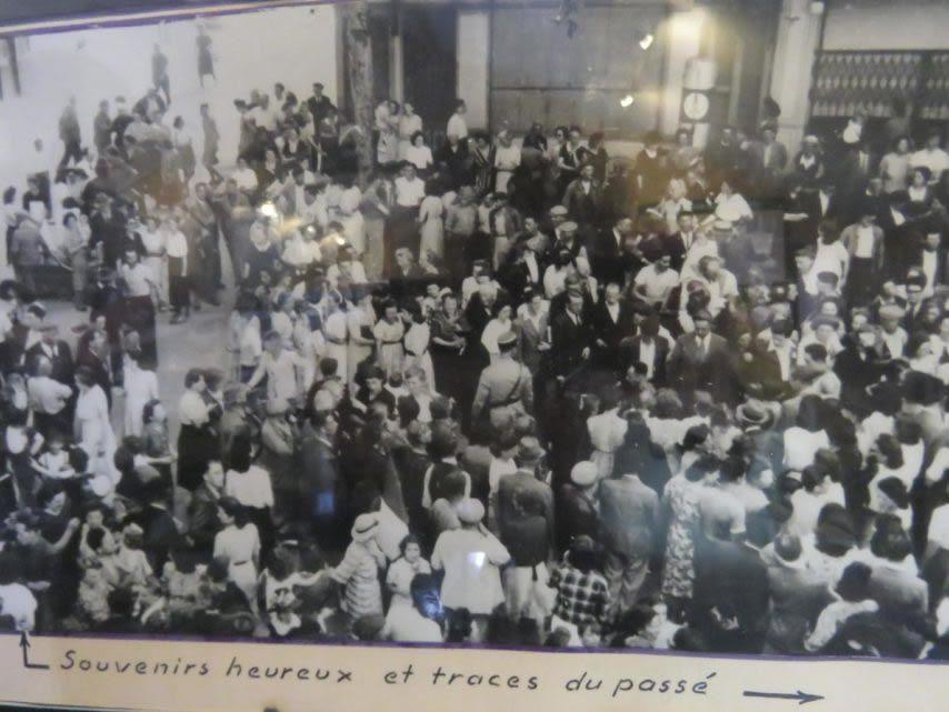 Le boulevard envahi par la foule le lendemain de la Libération. (Musée de la Résistance de Cahors.)