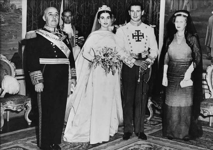 Mariage de Carmen Franco et Cristobal Martinez-Bordiu, le 10 avril 1950 à Madrid. A gauche, le dictateur, à droite, la mère du marié. Photo AFP