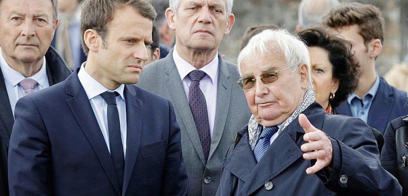 Alors candidat à l'élection présidentielle, Emmanuel Macron ici en compagnie d'un des survivants Robert Hebras (d), s'était rendu à Oradour-sur-Glane le 28 avril 2017 - Pascal Lachenaud [AFP/Archives]
