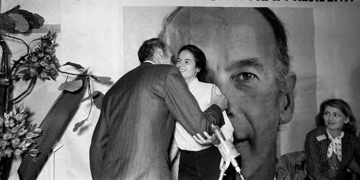 Jacinte Giscard d'Estaing embrasse son père durant la campagne présidentielle de 1974. AFP