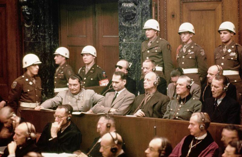 Le banc de la défense et les avocats de la défense se consultent pendant le procès du docteur. Nuremberg, Allemagne, du 9 décembre 1946 au 20 août 1947. - US Holocaust Memorial Museum