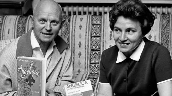 """En 1966, Anne Golon et son mari Serge, qui cosigne les romans, posent avec les traductions d'""""Angélique""""."""